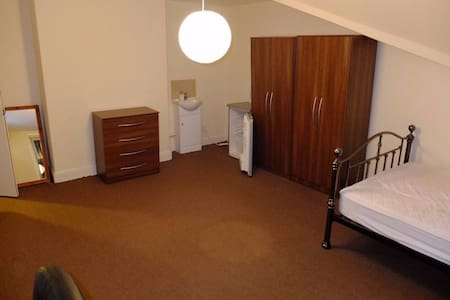 Flat in Prestwich, Direct route into town - Prestwich - Apartamento