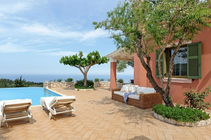 R 249 Deluxe Villa With Private Infinity  Pool and Jacuzzi, Outdoor BBQ Breakfast Inc Daily Maid Ser