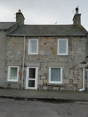 Homely 2 bed cottage with multi fuel stove