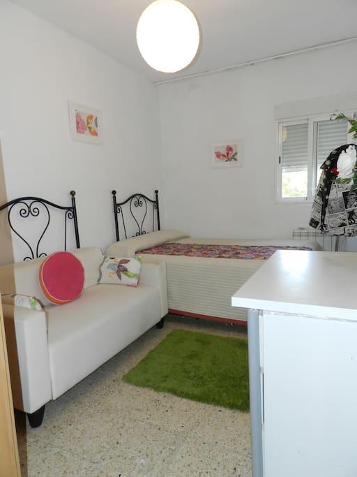 Habitación con sofa y mesa.