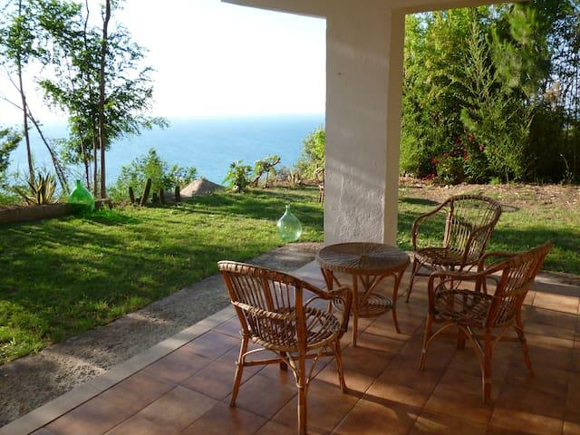 veranda con giardino intorno