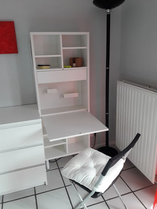 kleiner Arbeitsplatz im Wohn-/Schlafzimmer