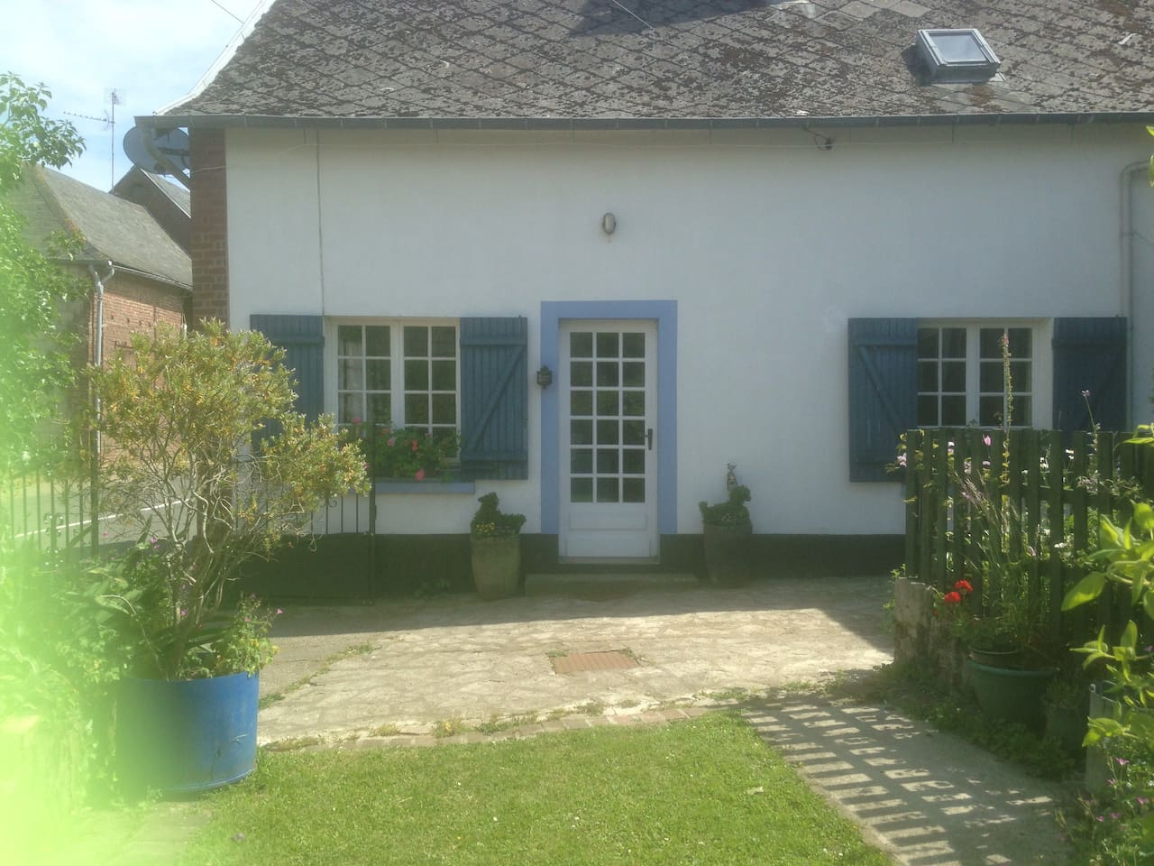 Beautiful country cottage close to the sea with private garden and secure parking