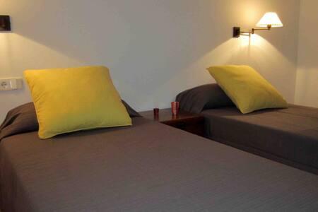 Habitación y baño zona residencial. - llucmaçanes - Mahon - Dom