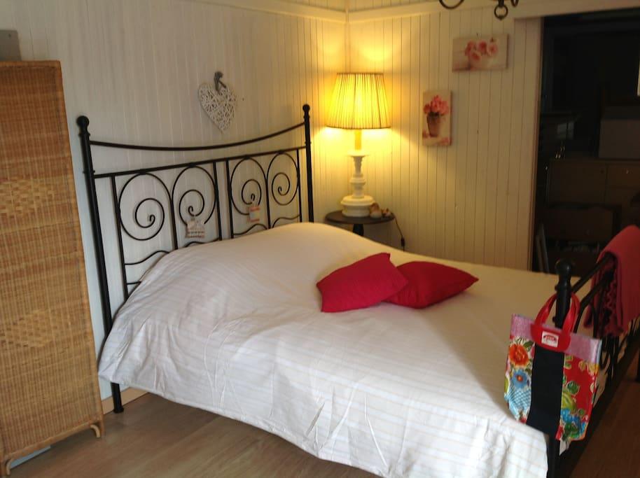 Twee persoonsbed 160x200. Extra bed mogelijk