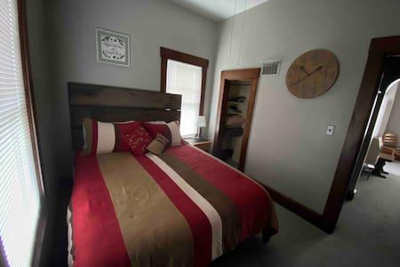 Newly Renovated 1 bedroom (Queen) suite Salem In.