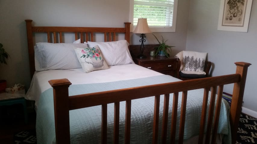 Cozy bedroom minutes from downtown
