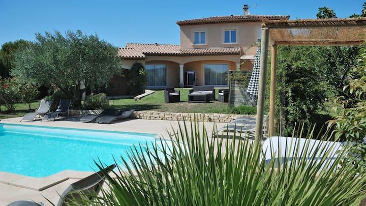Villa 150m2   acec sa piscine chauffée et son spa