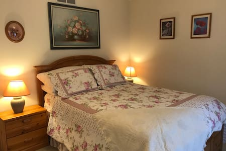 Charming comfortable room with queen bed in a safe peaceful neighborhood.