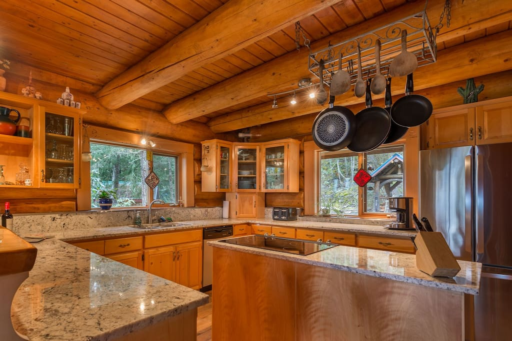 Large Kitchen w/granite counter top