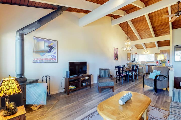 Two-level condo w/ private deck, shared hot tub, & mtn views - close to skiing!