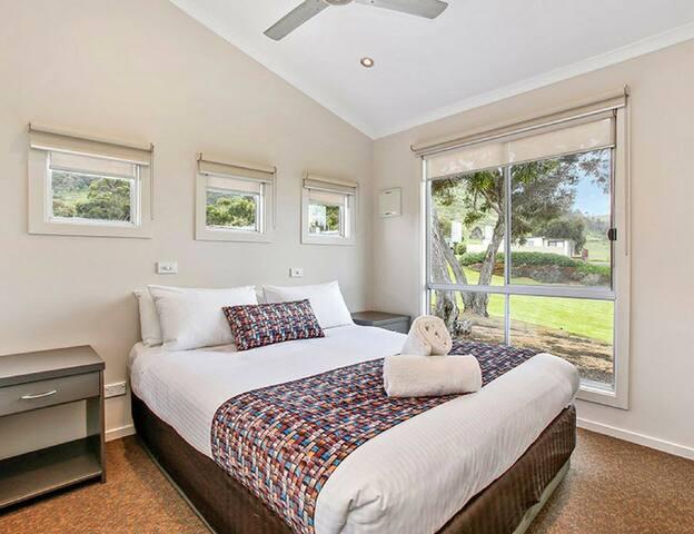 BIG4 Apollo Bay 3 Bedroom Ocean View Beach House main bedroom