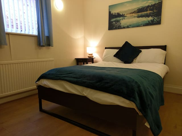 Jaylets Budget Double Bedroom with Shared Kitchen, Bathroom & Parking