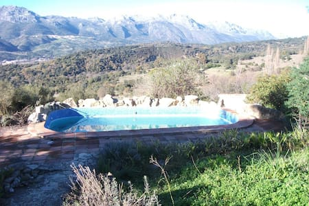 House with pool and mountain views - Algatocín