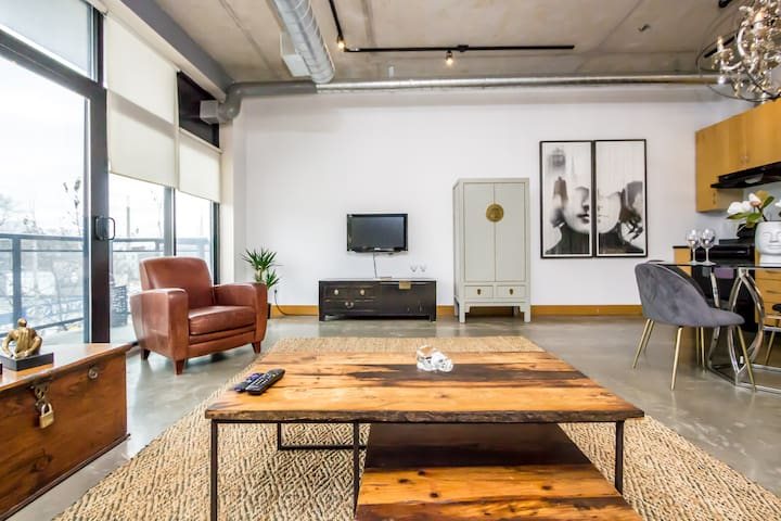 ✶✶✶Spacious 1bed Loft Downtown + Parking!~