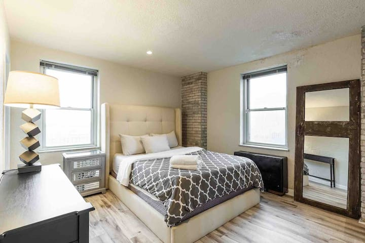 Modern 1 Bed Condo, Centrally located Downtown!