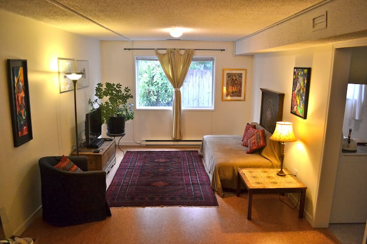 Cozy garden level suite - great location in Duncan
