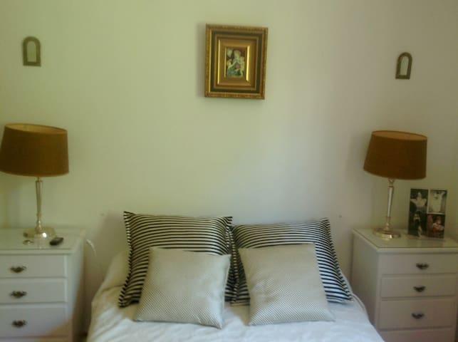 Bonita habitación con baño privado.
