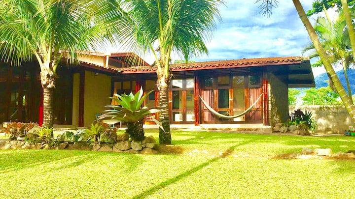 Linda casa com muito verde em Maranduba, Ubatuba.