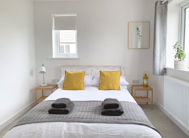 Beautiful light room, close to the beach & St.Ives