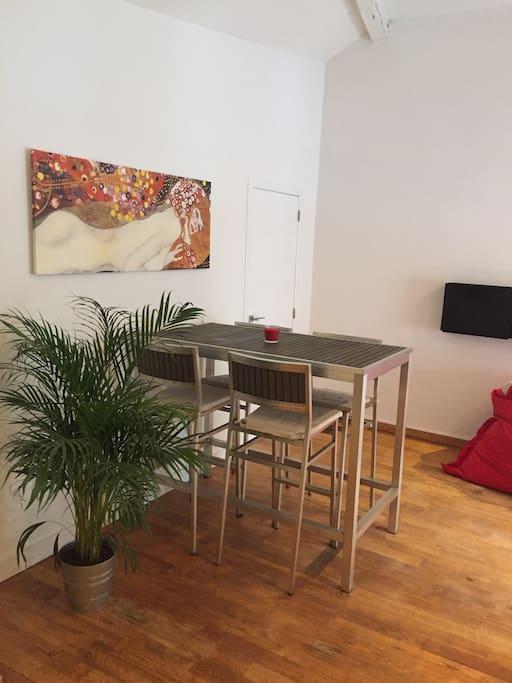 La table à manger avec des chaides hautes