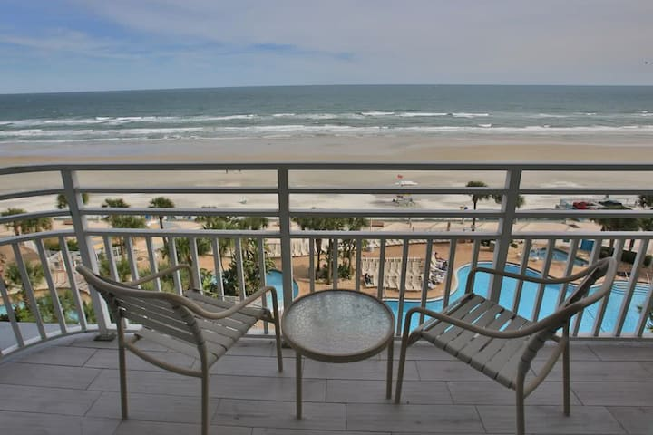 Deluxe oceanfront condo w/ pools, hot tub, & gym - snowbirds welcome!