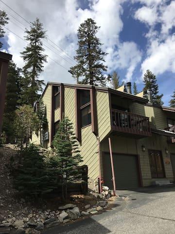 Charming Condo - Walk to Canyon Lodge / Ski Lifts