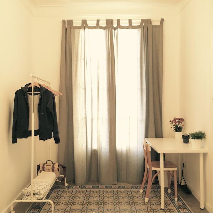 Double bedroom (desk/balcony)