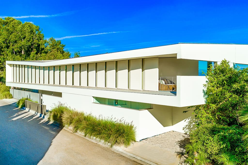 The home was designed by famed architect Zoltan Pali who designed many amazing building around Los Angeles and Beverly Hills.