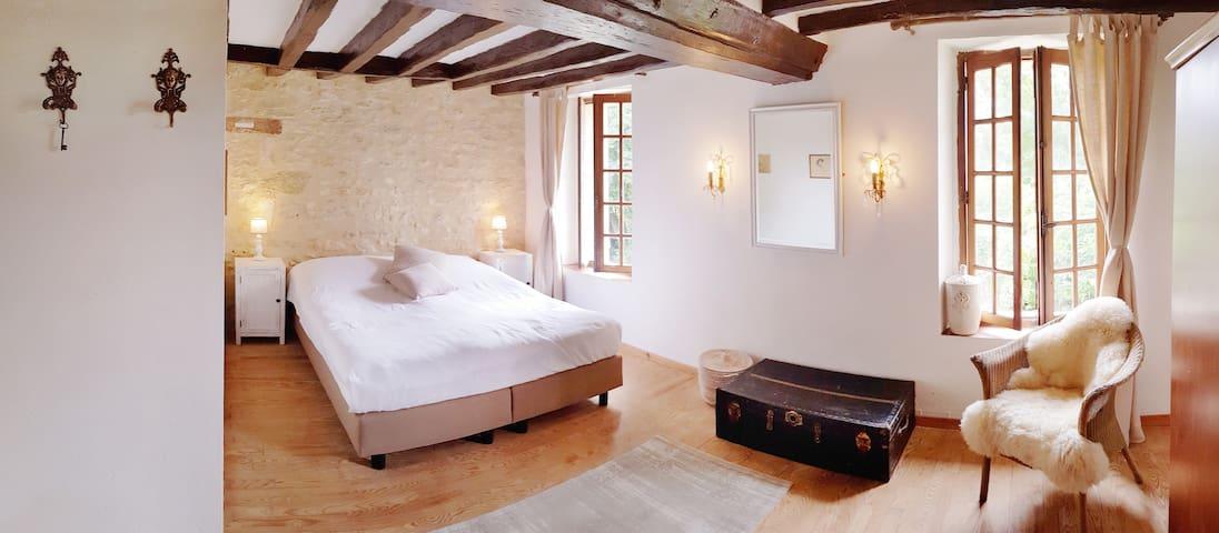 de beige kamer met minibar