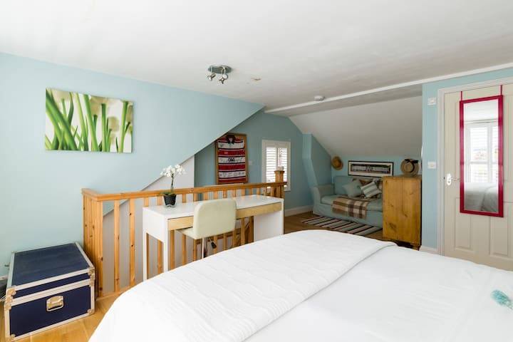 Lovely bedroom loft with ensuite Free park & WF
