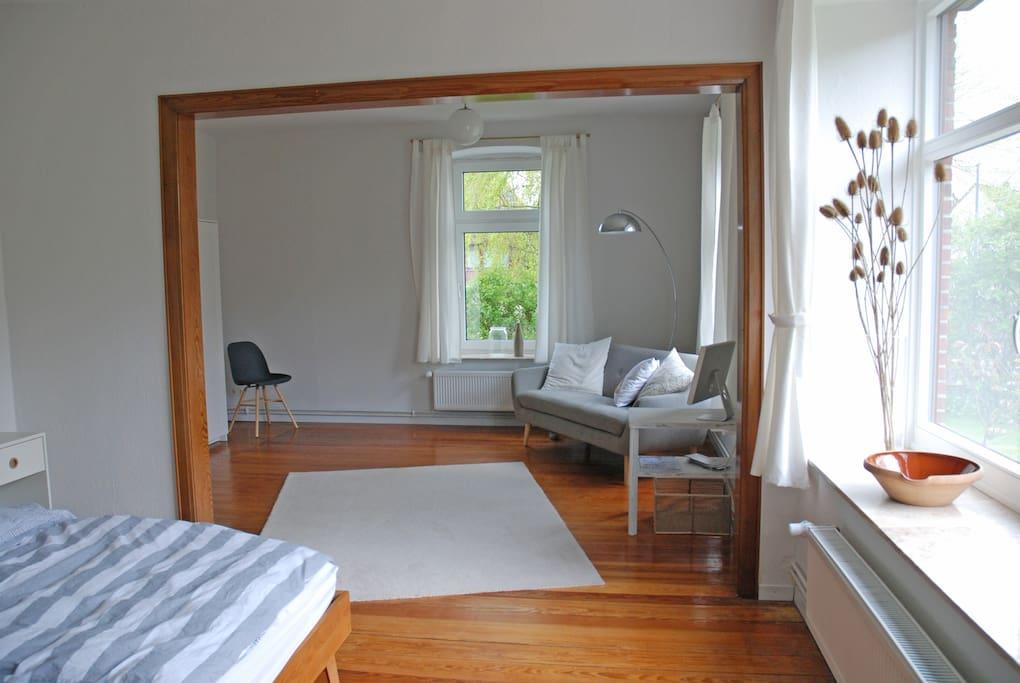 Ein geräumiges Wohn- und Schlafzimmer