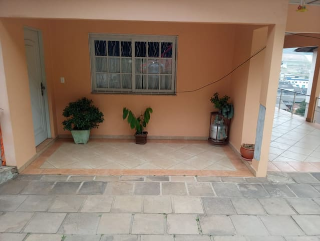 Ampla e Alta Casa c/ 2 Quartos e 2 Garagens + WiFi