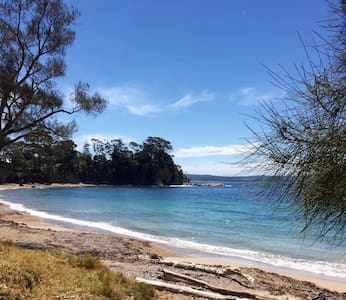 Sunshine Bay gem! 2 minute walk to beach !