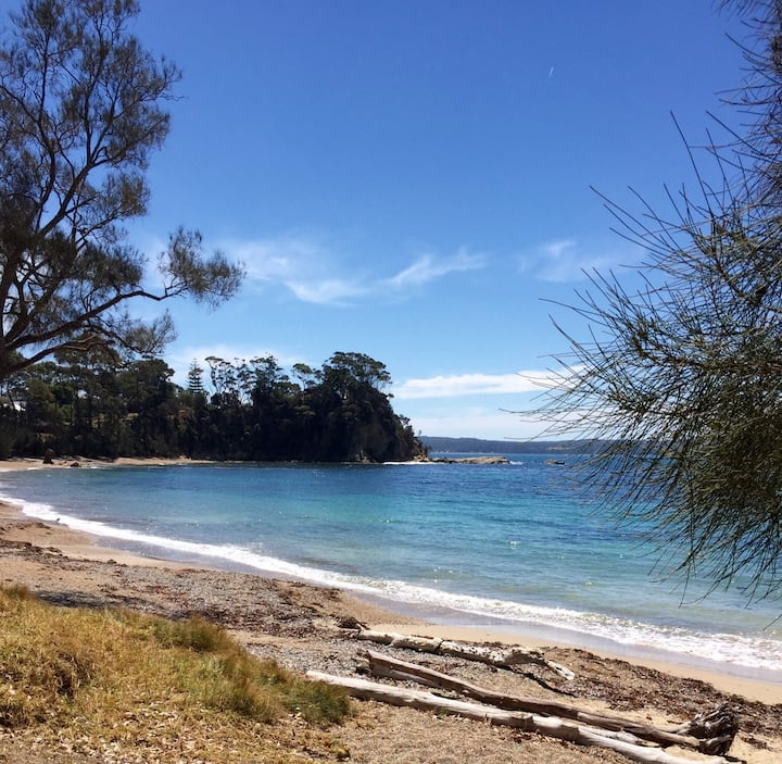 Sunshine Bay gem! 2 minute walk to beach !