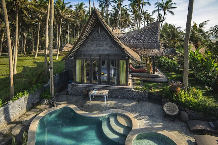 Romantic Beachfront Villa Laut!