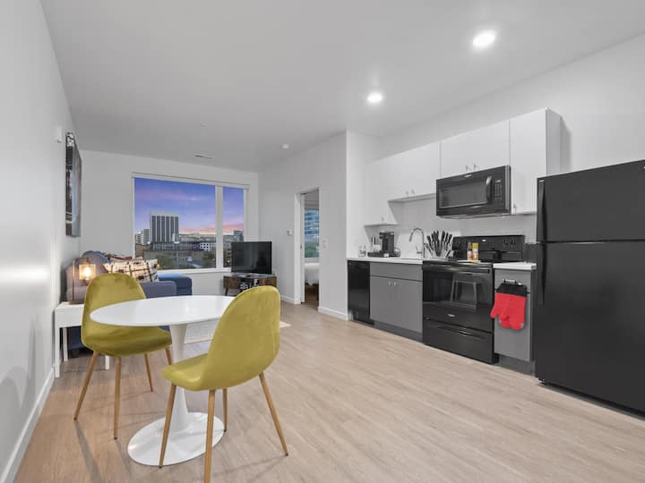 *Modern Condo with Gym & Free Parking*- 512