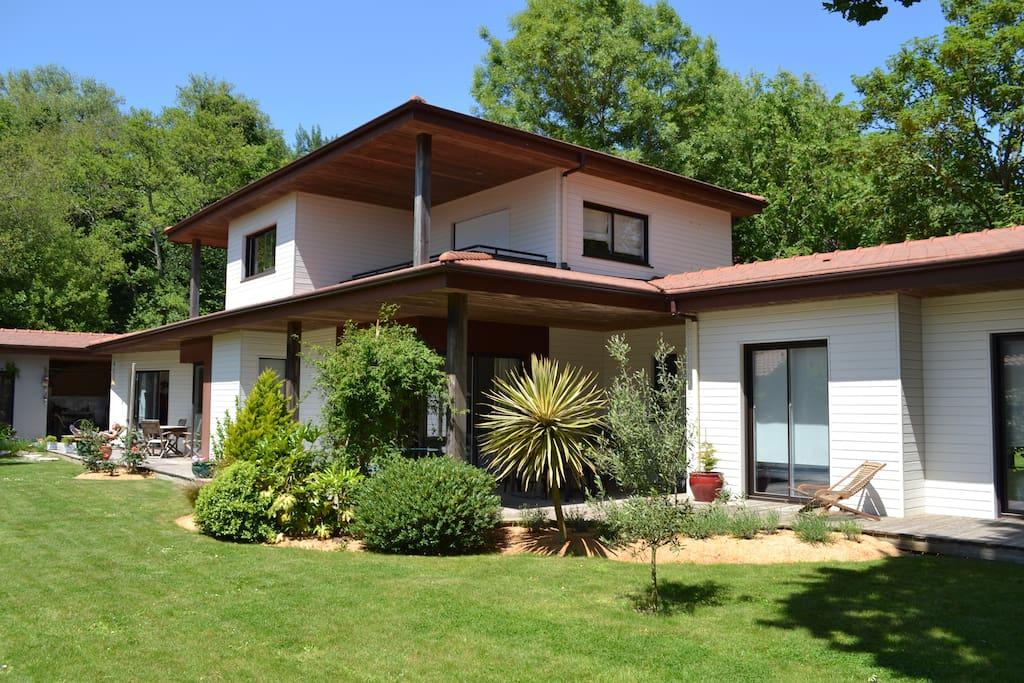 La maison et sa grande terrasse