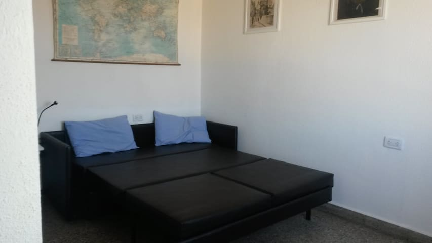 Tercer dormitorio con sofá-cama de dos plazas desplegado.