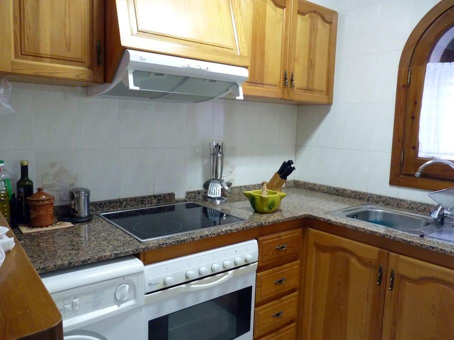 La cocina con horno programable, microondas y vitrocerámica.