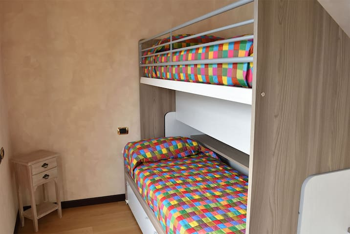 Doppia camera singola - Double single room - Chambre simple avec un lit simple - Schlafzimmer mit 2 Betten - Dormitorio con dos camas individuales