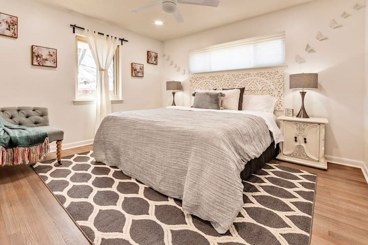 Bedroom w/king size bed Beautiful & spacious & amazing modern design!!