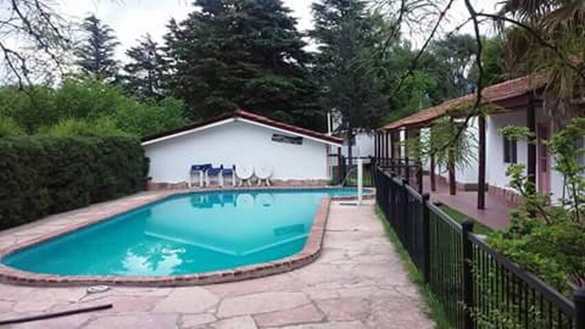 Cálida y cómoda casa con piscina en un lugar único - Villa General Belgrano - Hus