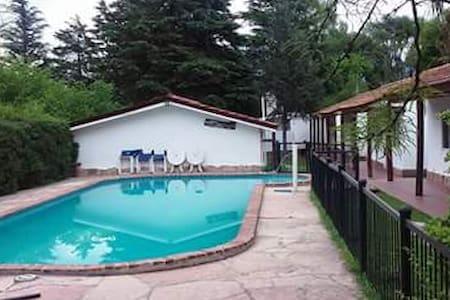 Cálida y cómoda casa con piscina en un lugar único - Villa General Belgrano