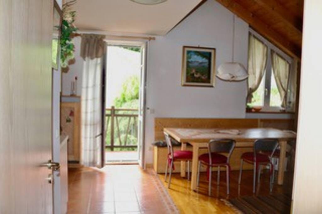 soggiorno cucina con balcone