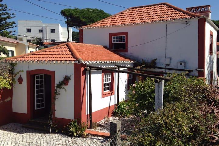 Casal Saloio, uma casa com charme na Praia Maçãs. - Colares