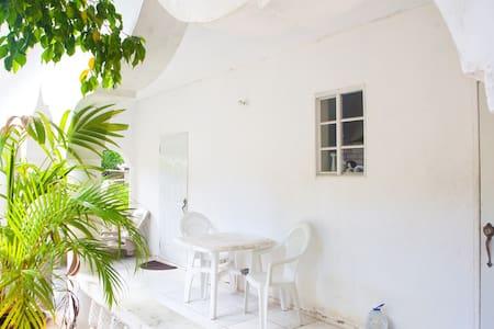 Nice cozy room, family friendly#1 - Negril - Ház