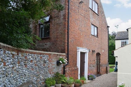 Charming detached barn conversion - Great Yarmouth