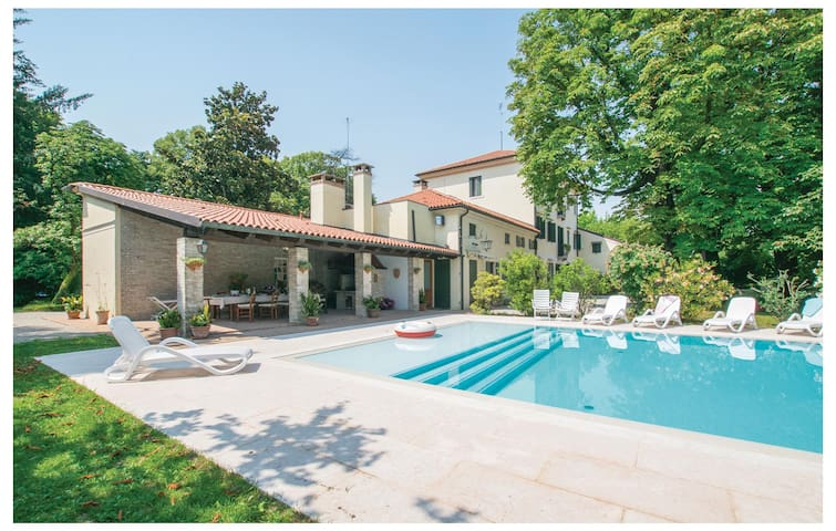 Semi-Detached with 6 bedrooms on 600 m²