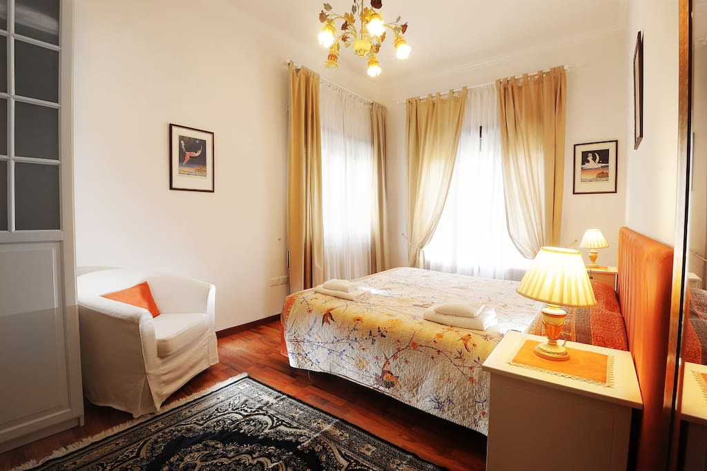 04 05 sweet venice family room bed and breakfasts for rent in venice veneto italy. Black Bedroom Furniture Sets. Home Design Ideas
